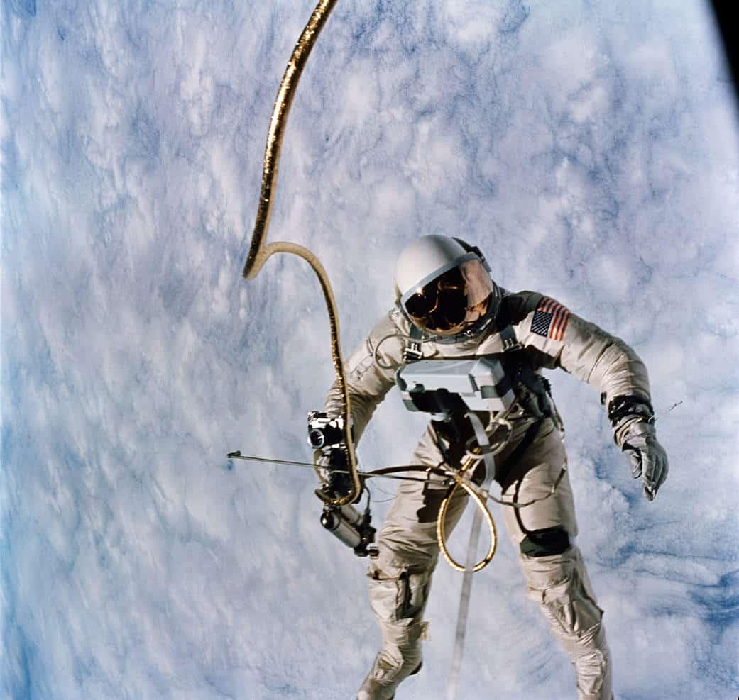 cosmonaute dans l'espace nuages