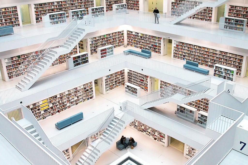 escaliers montagne de livres