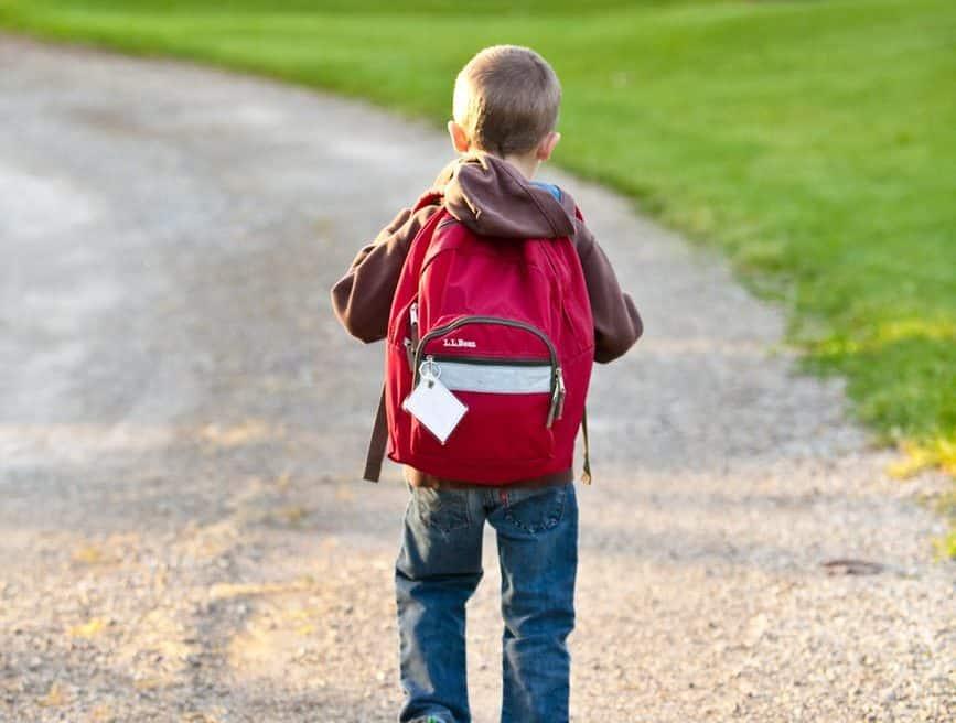 perles d'écoliers cartable enfant qui va à l'école mots d'excuse