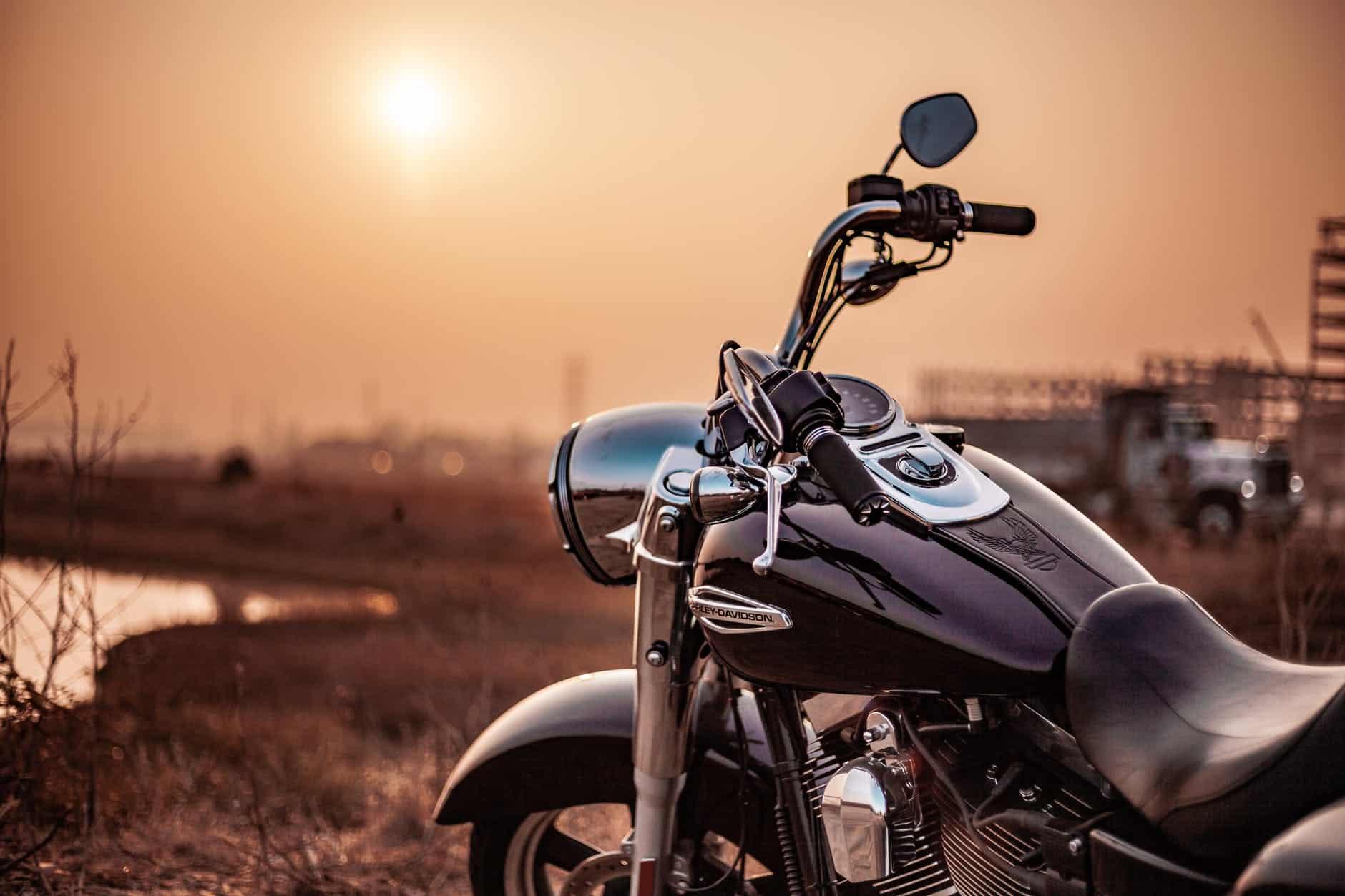 moto deux roues coucher de soleil