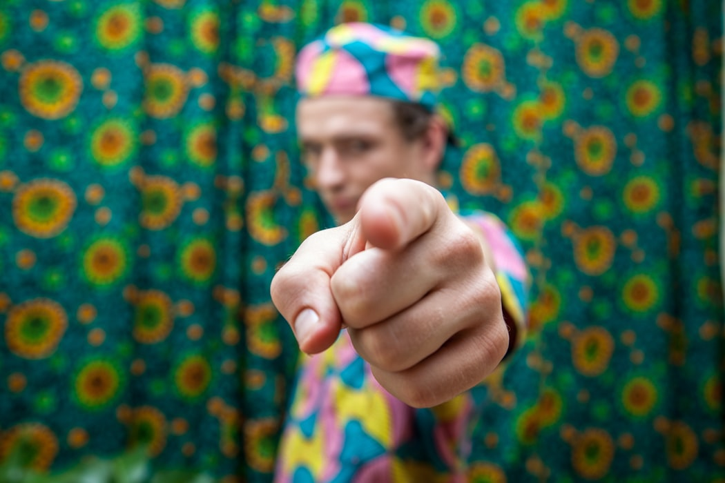 pointer du doigt gestes à ne pas faire étranger