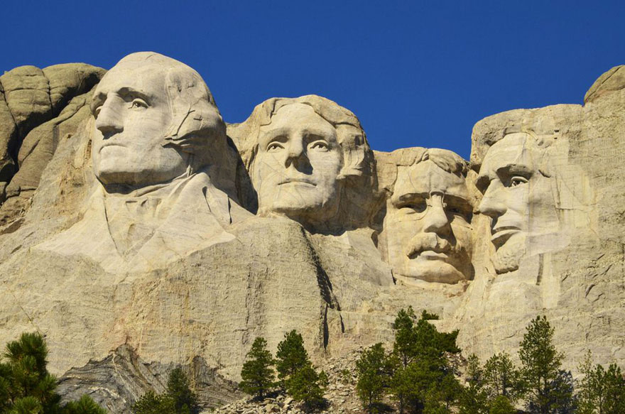16-photos-de-lieux-celebres-completement-differents-sous-un-autre-angle-mt-rushmore