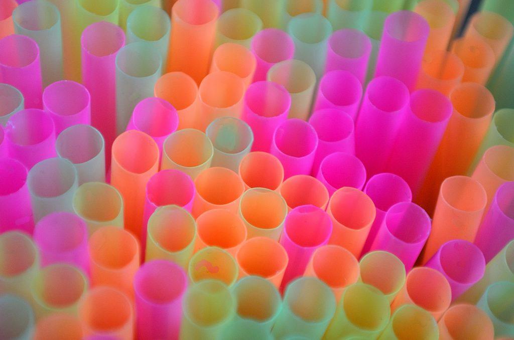pailles en plastique surconsommation objets inutiles