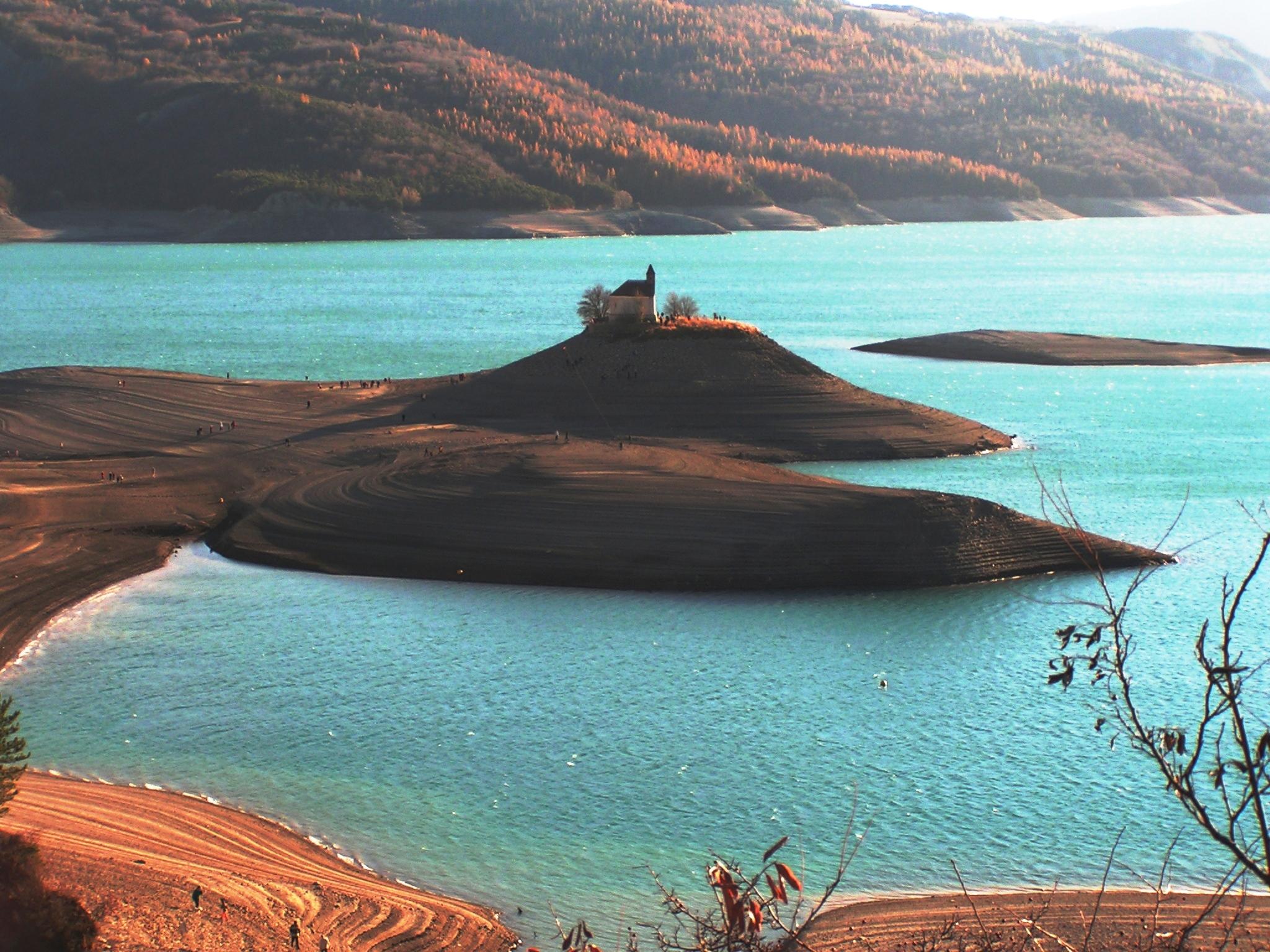 lac en France Serre Ponçon barrage chapelle