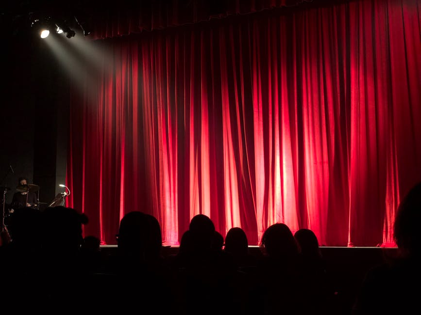 theatre salle de spectacle rideau rouge pexels - La Liste