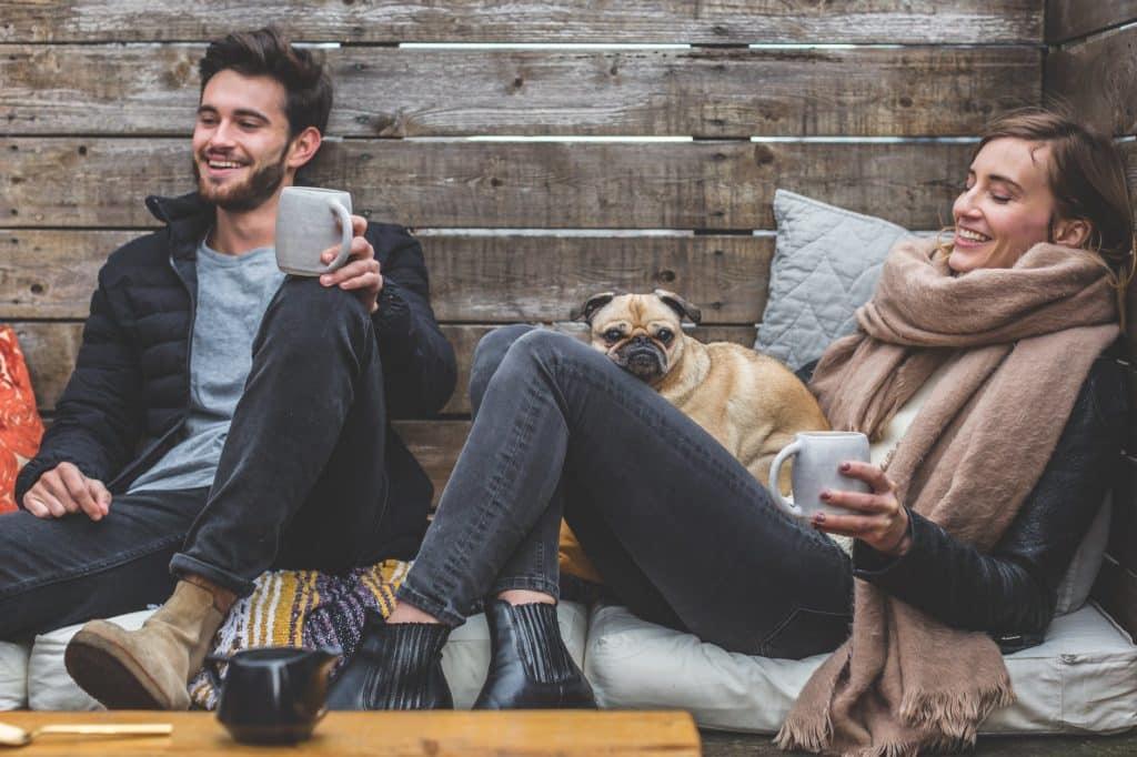 couple rigoler thé café Idées Saint-Valentin couvre-feu romantiques