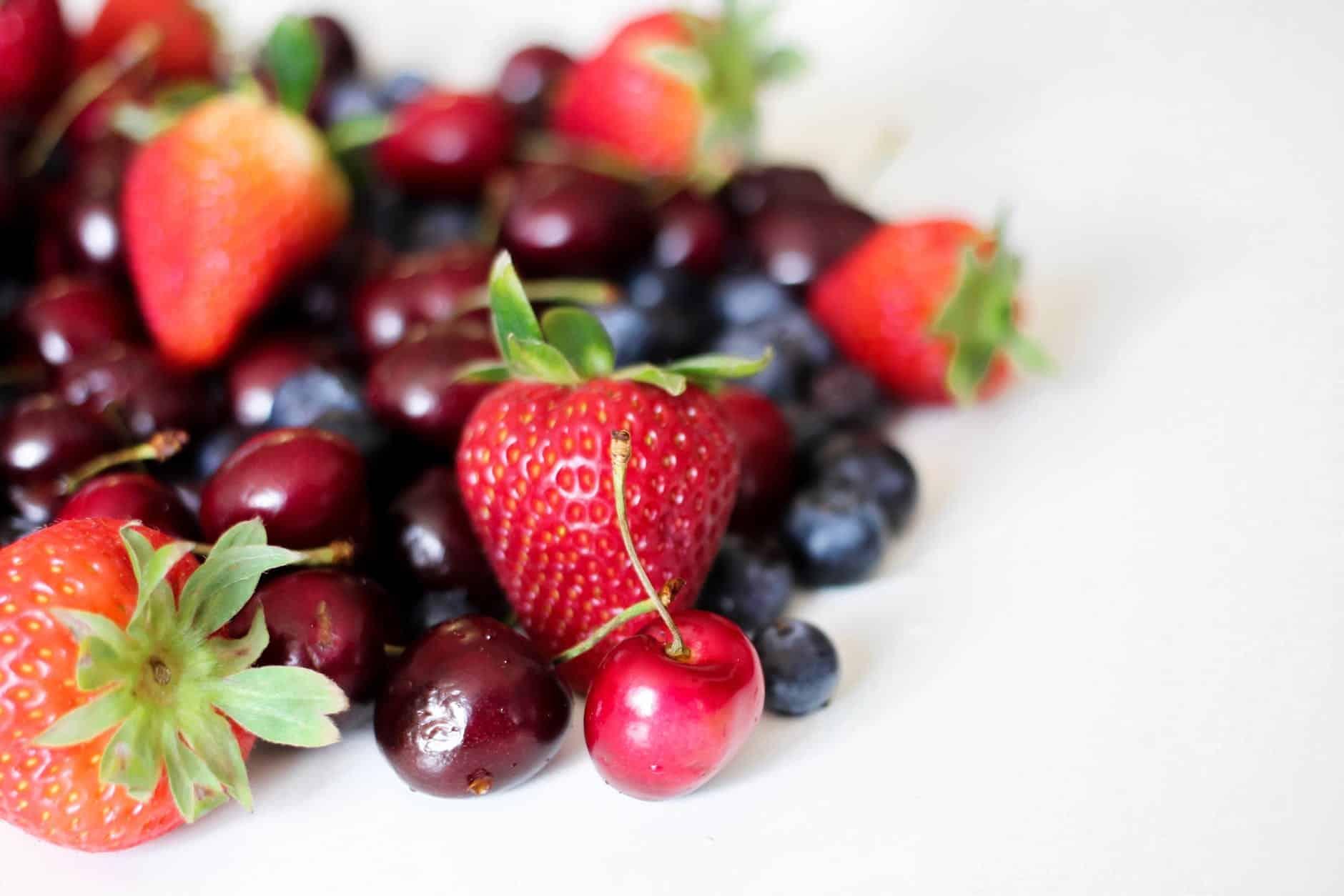 fruits rouges fraises cerises