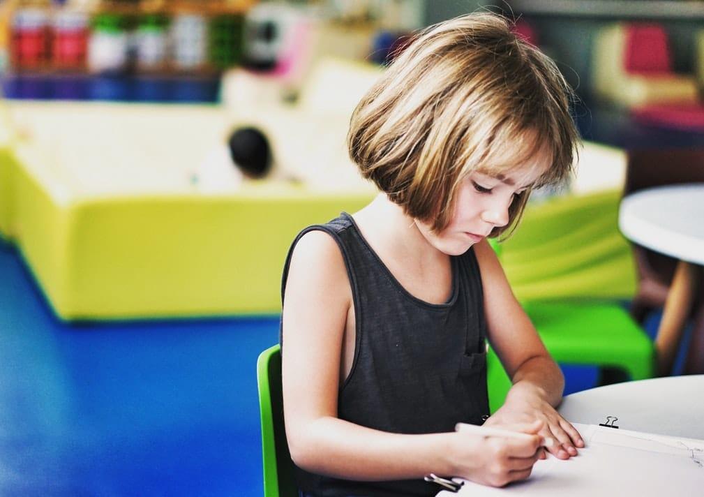 fille dessiner comment les enfants percoivent le monde